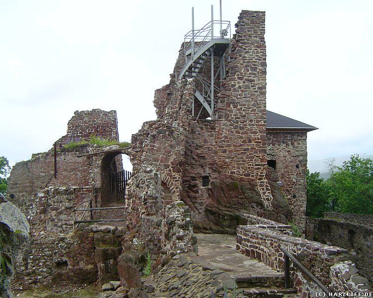 Der sanierte Rest des Bergfrieds der Burgruine Hohnstein