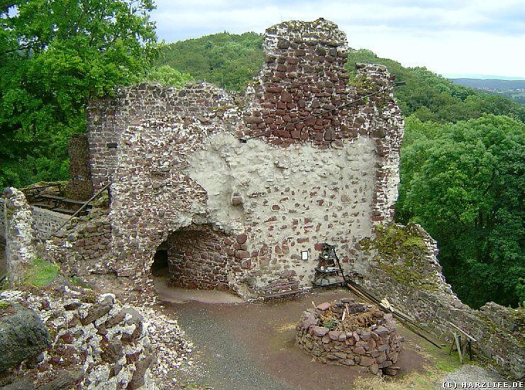 Der rekonstruierte Gipsofen auf der Burgruine Hohnstein