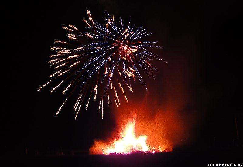 Osterfeuer mit Feuerwerk