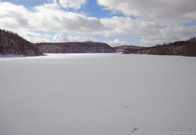 Blick über den zugefrorenen Rappbode-Stausee